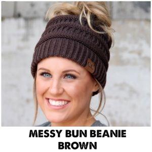 🆕 MESSY BUN BEANIE IN BROWN